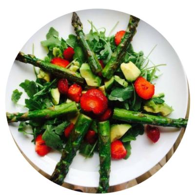 Sałatka ze szparagów i truskawek